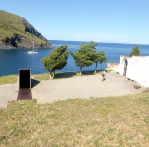 Unterschiedliche Formen des Erinnerns: Denkmal und Friedhof in Portbou (Foto: Anne Friedrichs)