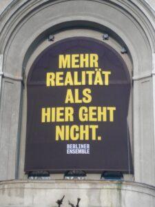 Mehr Realität als hier geht nicht. Plakat des Berliner Ensembles, Berlin